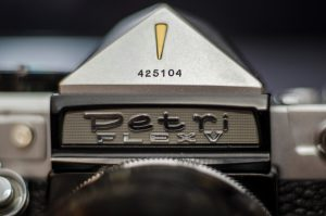 I quite like the look of the Petri logo and golden arrow, but I can't understand the need to put the serial number in such a visible location.