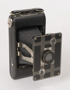 The Kodak Jiffy Six 16 and 20 share many similarities, including the dual struts, to the AGFA Billy-Clack,